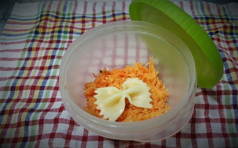 ceo obrok u salati povrće meso mlečni proizvodi